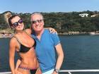 Ana Paula Siebert posa ao lado de Roberto Justus em barco