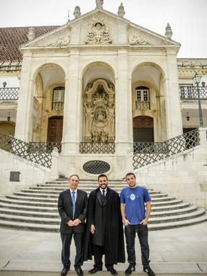 Júnior recebe a visita do pai e do irmão em Coimbra. Eles posam em frente à escadaria principal e o frontispício da Faculdade de Direito da UC. (Foto: Arquivo pessoal)