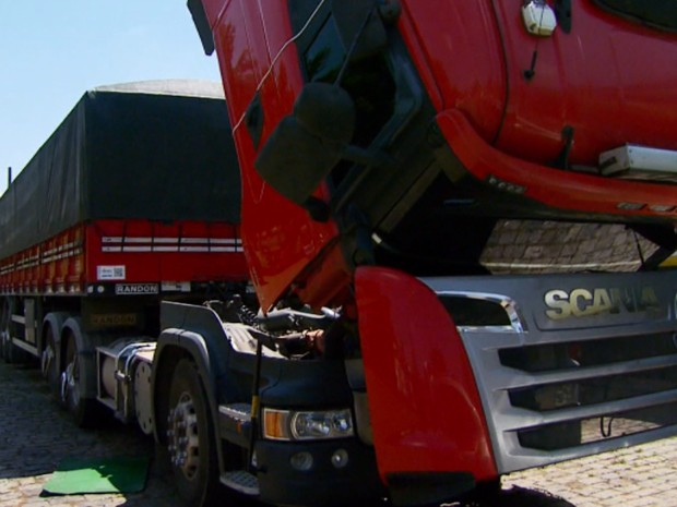 Caminhoneiros estão preocupados com aumento de casos de roubo na BR-491 (Foto: Reprodução EPTV)