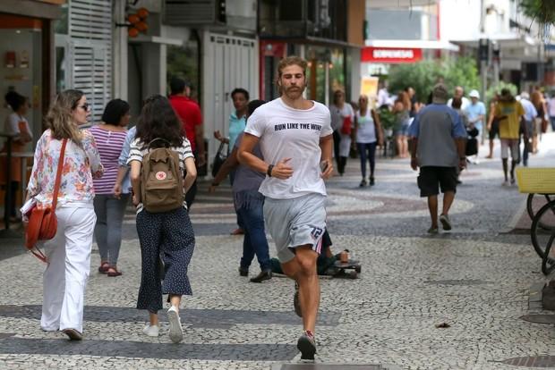 Reynaldo Gianecchini é clicado com t-shirt sugestiva no Rio (Foto: Ag. News)
