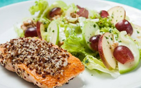 Salada waldorf com salmão grelhado em crosta de quinoa