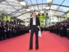 Charlize Theron usa terninho com decotão no Festival de Cannes
