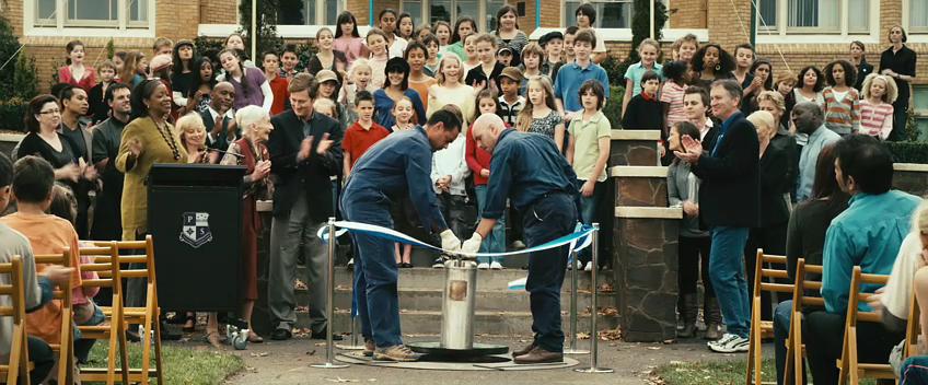 Cena do filme Presságio, quando escola desenterra cápsula do tempo (Foto: Reprodução)