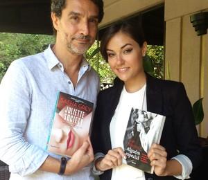 """Ivan Martins e Sasha Gray trocam os livros """"Juliette Society"""" e """"Alguém Especial"""" durante o encontro (Foto: ÉPOCA)"""
