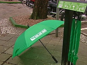 Guarda-chuvas podem ser encontrados em cinco pontos de Santa Cruz do Sul (Foto: Reprodução/RBS TV)