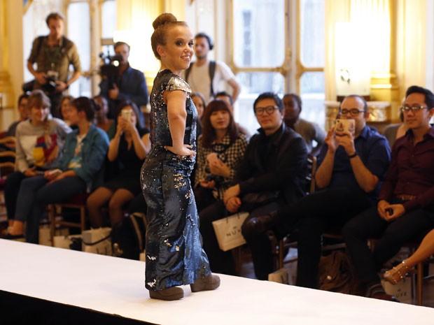 Modelos anã desfila na Dwarf Fashion Show, no Ministério da Cultura da França, nesta sexta-feira (2) (Foto: Jerome Delay/AP)
