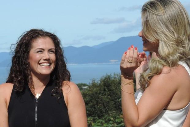 Liane conversa com a madrinha Ivonete Liberato (Foto: Géssica Valentini / RBS TV)