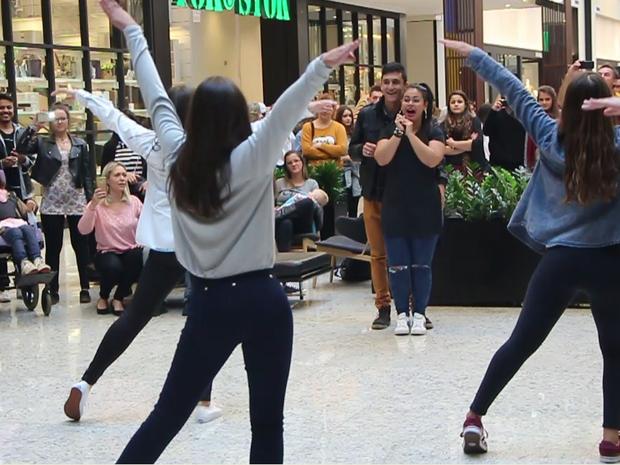 Namorado preparou flashmob no meio de shopping para surpreender Micheli (Foto: Micheli Mafra/Arquivo Pessoal)