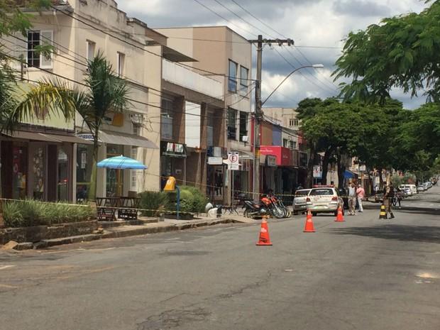 Caixa de papelão foi deixada sobre mesa de comércio em frente ao Fórum de Poços de Caldas (Foto: Lúcia Ribeiro / G1)