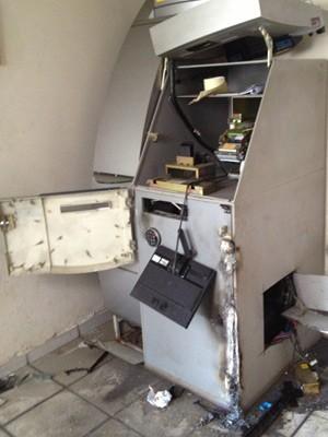 Caixa eletrônico foi feito em pedaços pelos assaltantes; ação durou cerca de duas horas (Foto: Walter Paparazzo/G1)