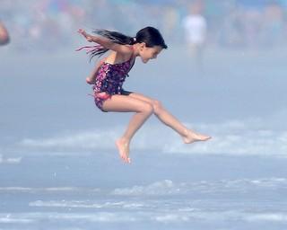 Suri aproveita para dar um mergulho (Foto: Splash News)