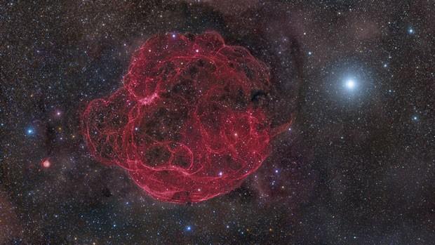 Nesta imagem de Rogelio Bernal Andreo, dos Estados Unidos, pode-se ver os escombros da supernova Simeis 147 se espalhando pelo espaço, 40 mil anos depois de sua explosão. A foto ficou com o segundo lugar na categoria 'Espaço Profundo' (Foto: Rogelio Bernal Andreo)