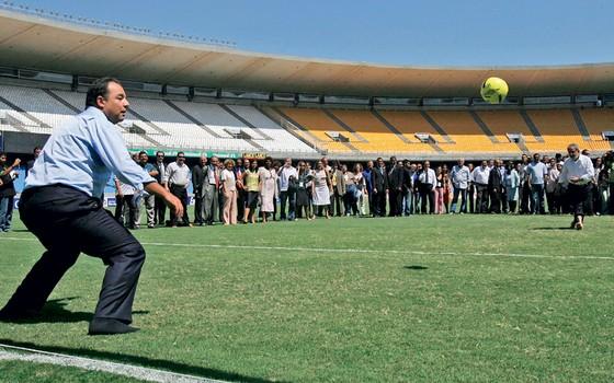 Sérgio Cabral  durante inauguração do novo Maracanã (Foto:  VANDERLEI ALMEIDA/AFP)
