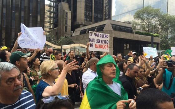 Manifestantes se reúnem na avenida Paulista durante posse de Lula (Foto: Paula Soprana/ÉPOCA)