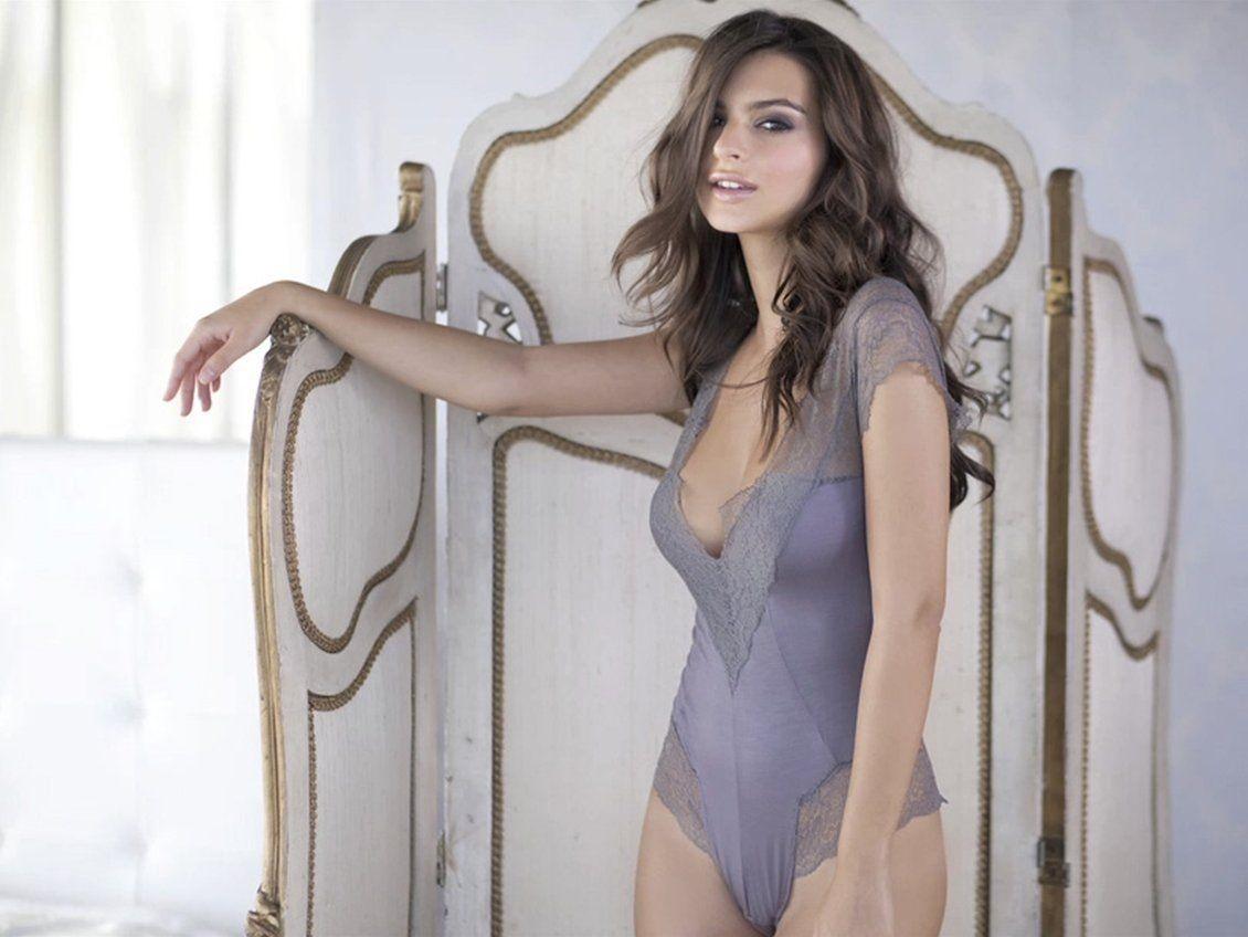 Emily Ratajkowski em foto de ensaio de lingerie da marca Princess (Foto: reprodução)
