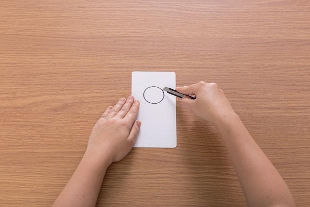 4. Desenhe um círculo com 4 cm de diâmetro. A distância entre ele e o topo do separador deve ter 3,5 cm. Recorte com o estilete para criar o furo. (Foto: Bruno Marçal / Editora Globo)