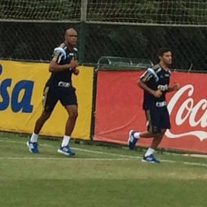 Cleiton Xavier e Jailson correm em campo nesta segunda (Foto: Rodrigo Faber)