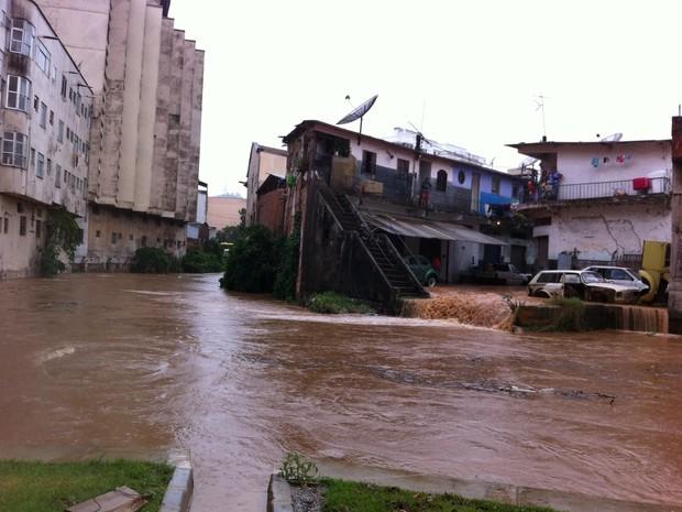 Rio Paquequer, em Teresópolis, bem acima do seu nível normal (Foto: Tássia Thum/ G1)
