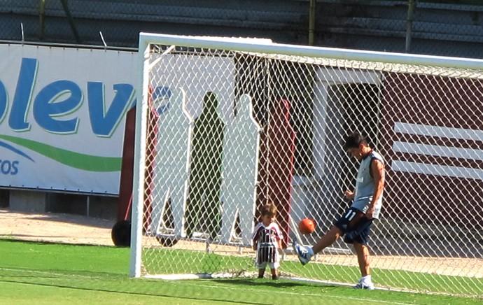 Conca brinca com o filho (Foto: Hector Werlang)