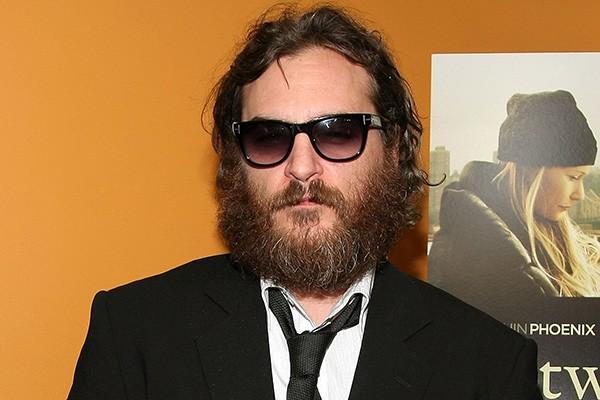Em algum lugar debaixo de toda essa barba e cabelo se esconde o ator Joaquin Phoenix.  (Foto: Getty Images)
