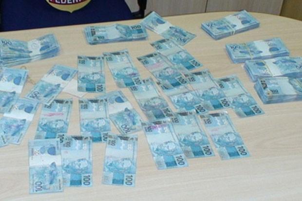 Notas de R$ 100 teriam sido furtadas de caixa-eletrônico e foram apreendidas pela Polícia Federal em Natal (Foto: Divulgação/PF)
