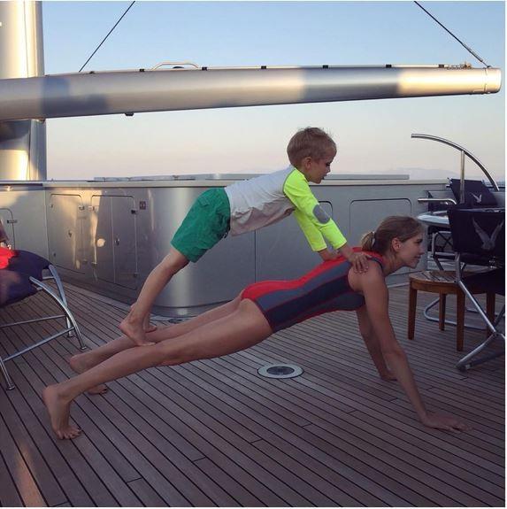 Lena Perminova: treino de core com o filho (Foto: Reprodução)