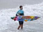 Com prancha multicolorida, Cauã Reymond surfa em praia do Rio