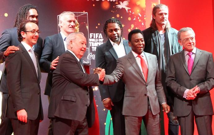 Tour da Taça - França - Pelé posa ao lado de ex-jogadores franceses (Foto: Felipe Schmidt)