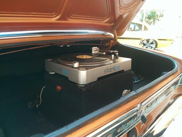 O GM Opala 1972 da mostra tem uma vitrola que toca discos de vinil no porta-malas  (Foto: Bernardo Gravito/G1 TO)