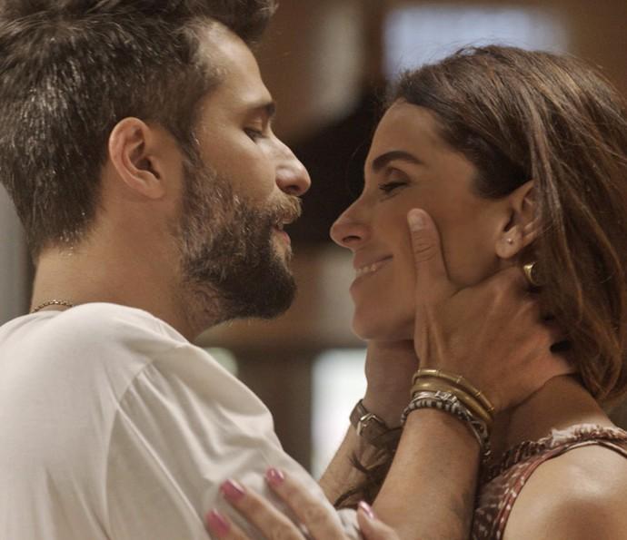 Mario e Alice se encontram, sem saber que César está de olho neles (Foto: TV Globo)