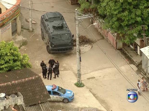 Agentes da Polícia Civil fazem operação na Cidade de Deus nesta quarta (1º) (Foto: Reprodução/ TV Globo)