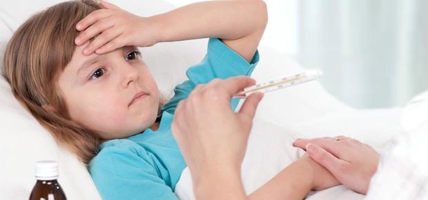 Criança doente com febre (Foto: Shutterstock)