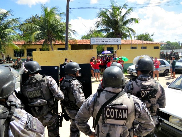 Mulheres estão em frente à sede do Batalhão de Eventos da Polícia Militar do Ceará (Foto: Arquivo Pessoal/Cap.Wagner)