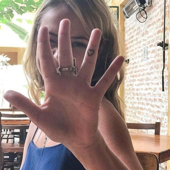 Recentemente a atriz revelou nas redes sociais que fez uma tatuagem no dedo (Foto: Reprodução Instagram)