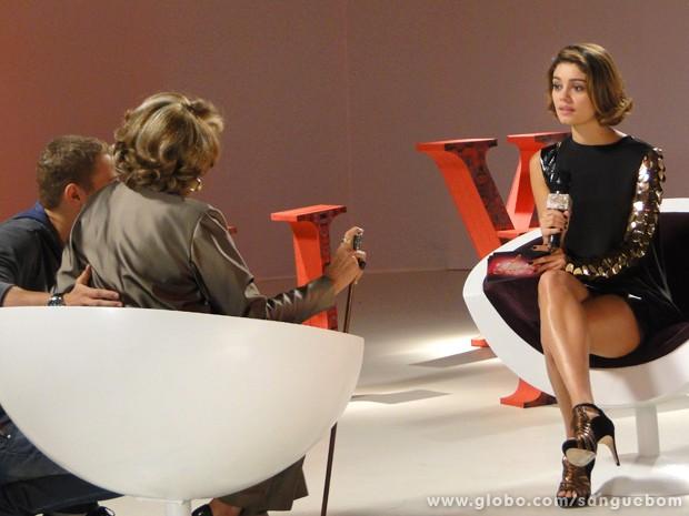 Amora fica na maior saia justa durante entrevista (Foto: Sangue Bom/TV Globo)