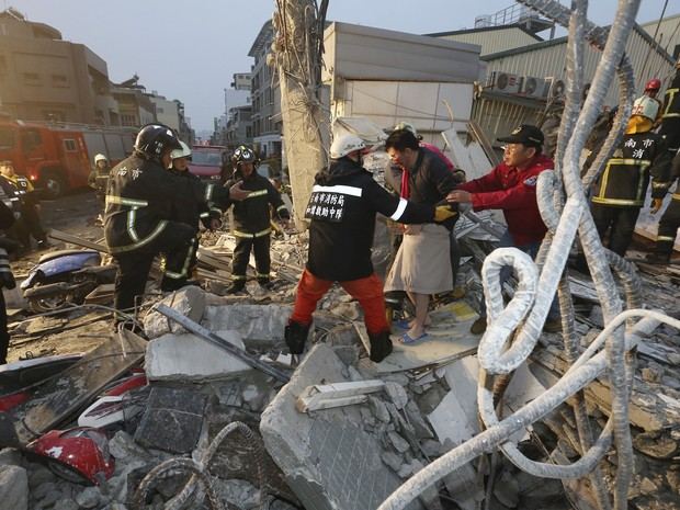 Sobrevivente é guiado para fora dos escombros após terremoto que atingiu Taiwan (Foto: Associated Press)