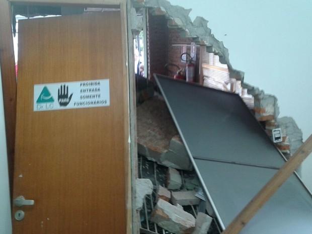 Consultório dentário foi danificado por invasão de carro (Foto: Arquivo Pessoal)
