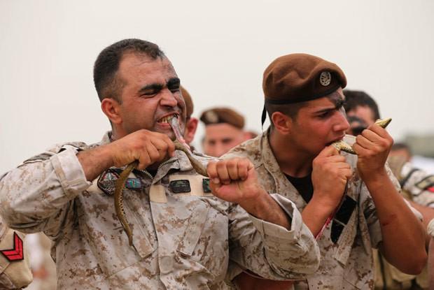 Soldados das forças especiais libaneses comeram cobras vivas durante um encontro de estratégia e segurança militares em Beirute, no Líbano, na última quarta-feira (9)  (Foto: Hussein Malla/AP)