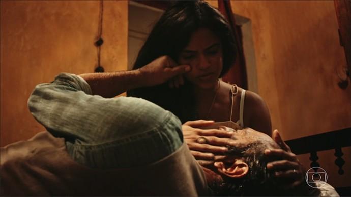 Luzia joga seu charme para o marido, mas ele parte para seu compromisso (Foto: TV Globo)