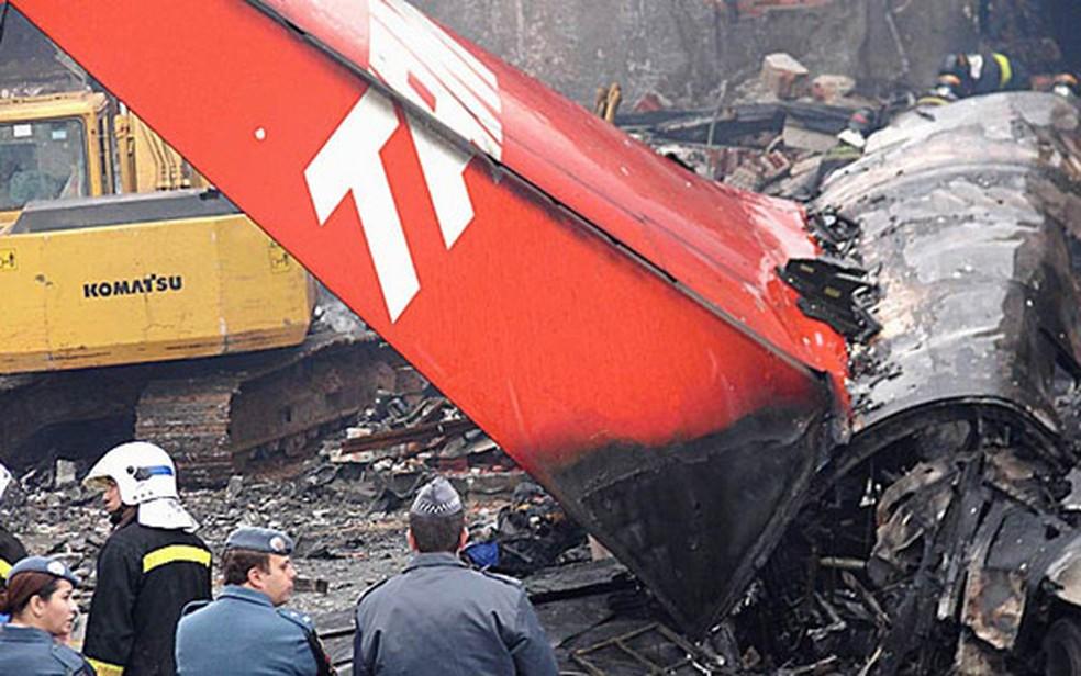 Avião da TAM explodiu após bater em prédio da companhia (Foto: Isabela Noronha/G1)