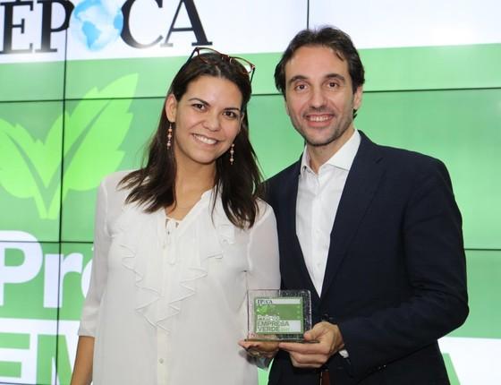 Giovana Milani Sgreccia, Gerente de Sustentabilidade do Itaú Unibanco, recebe o troféu de Appio Tolentino, recebe o troféu de Carlo Pereira, do Pacto Global (Foto: Rogério Cassimiro)