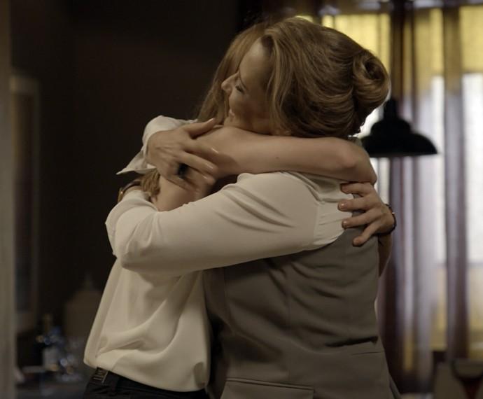 Lívia dá um forte abraço na mãe de aniversário (Foto: TV Globo)