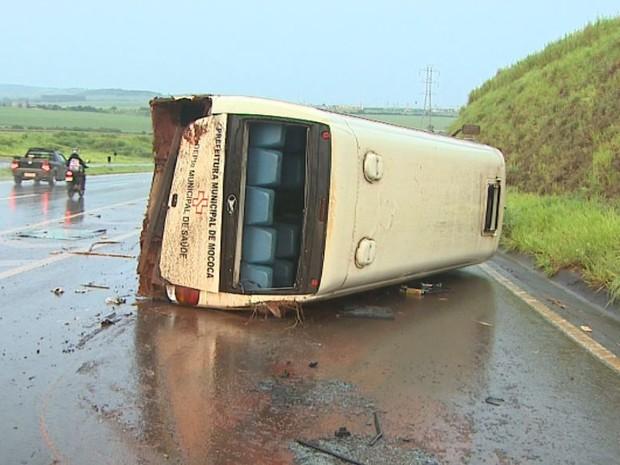 Micro-ônibus tomba na rodovia Abrão Assed, em Serrana, SP (Foto: Reprodução/EPTV)