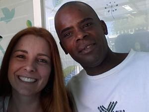 Silvia Mara com Everton durante o período que ele trabalhou na sua clínica veterinária (Foto: Arquivo pessoal)