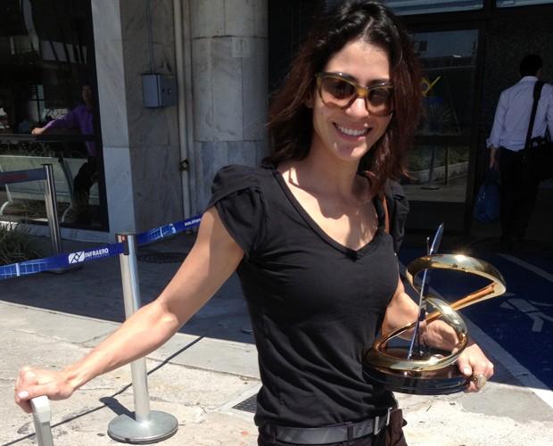 Carol Castro com seu troféu de campeã ao chegar no Rio (Foto: Arquivo Pessoal)