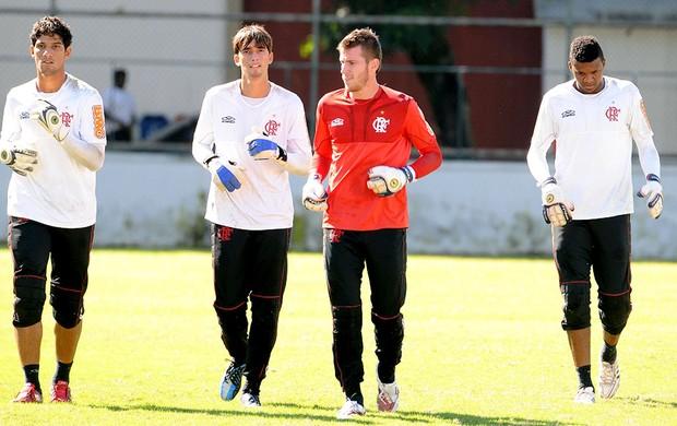 goleiros no treino do Flamengo Felipe Paulo Victor (Foto: Alexandre Vidal / Fla Imagem)