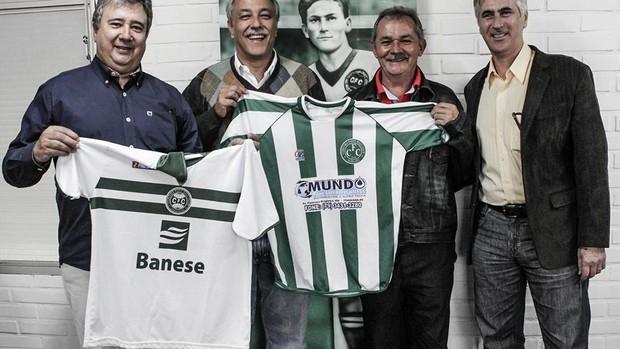 Gia com dirigentes do Coritiba (Foto: Divulgação/Site oficial do Coritiba)