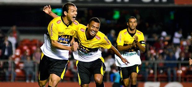Marcel comemora gol do Criciúma contra o São Paulo (Foto: Levi Bianco / Ag. Estado)