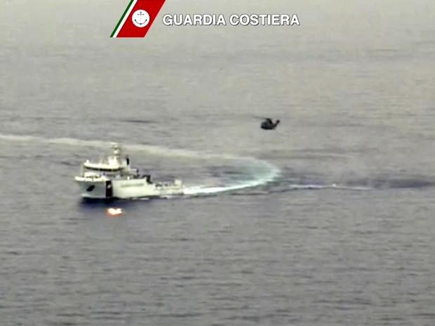 Barco que naufragou tinha até 700 passageiros (Foto: REUTERS/Guardia Costiera)
