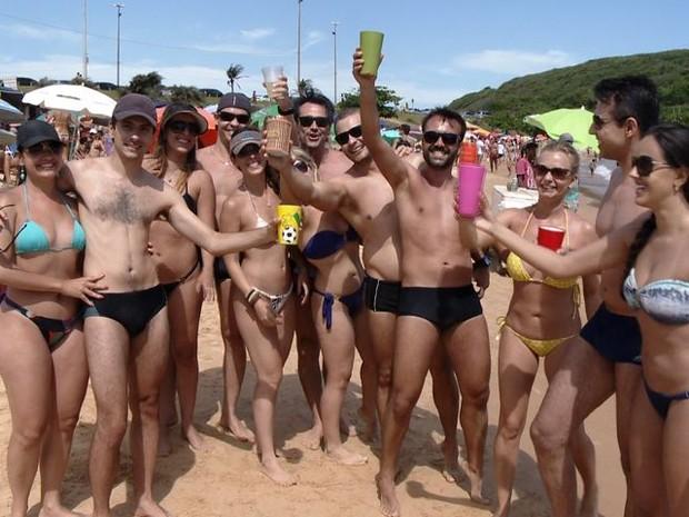 Grupo de amigos aproveirta cenário de Guarapari (Foto: Reprodução/TV Gazeta)